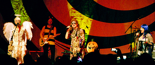 b52s halloween show slide - The B-52s Bring Halloween Scream Show To The Space in Westbury, NY 10-28-16 w/ Mother Feather
